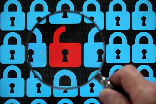 Photo du concept de sécurité informatique avec un cadenas rouge ouvert