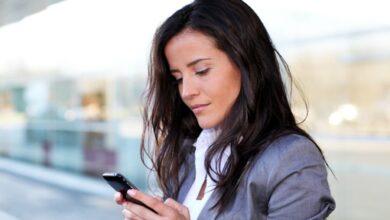 Une femme d'affaires sur un smartphone