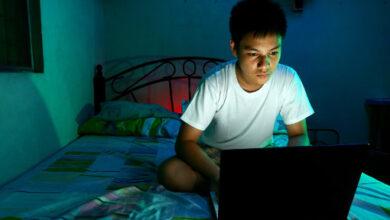 La lumière bleue de l'écran d'un ordinateur portable