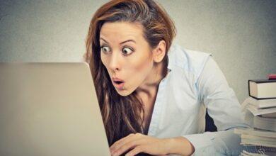 Une femme choquée par un ordinateur