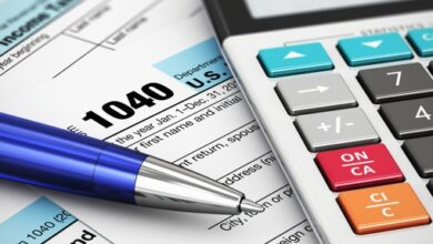 Documents fiscaux, stylo et calculatrice